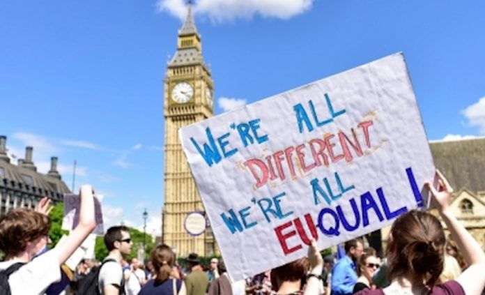 May: residenti Ue in Gb non dovranno lasciare paese dopo Brexit